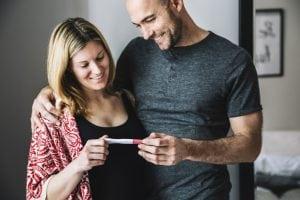vrouw met partner zwangerschapstest