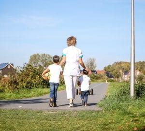Kraamverzorgende met twee broertjes buiten wandelen