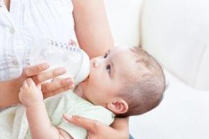 Baby drinkt uit fles: Mag je flesvoeding opnieuw opwarmen?